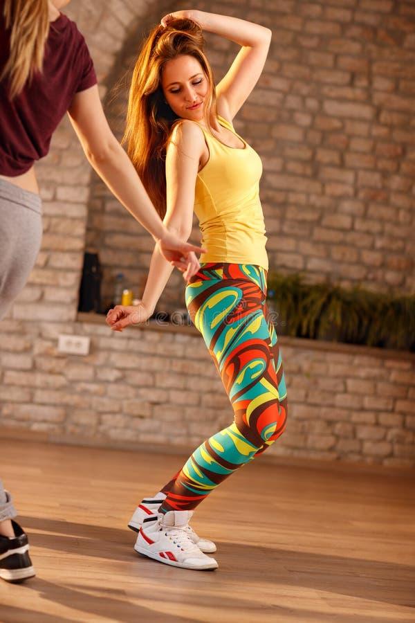 Kvinnlig dans i dansstudio arkivfoton