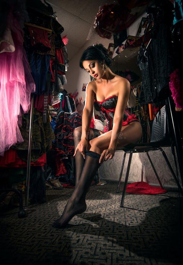 Kvinnlig dansare för kabaret i loge arkivbild