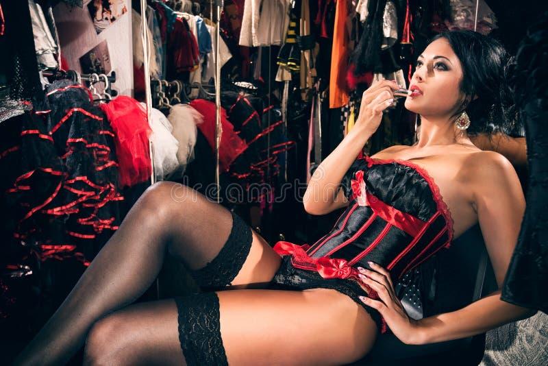 Kvinnlig dansare för kabaret i loge royaltyfri fotografi