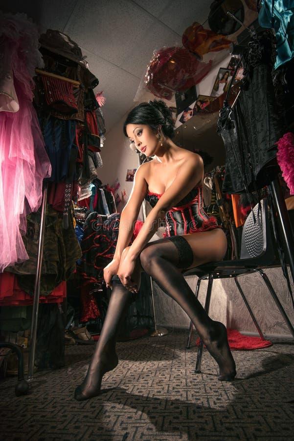 Kvinnlig dansare för kabaret i loge royaltyfria foton