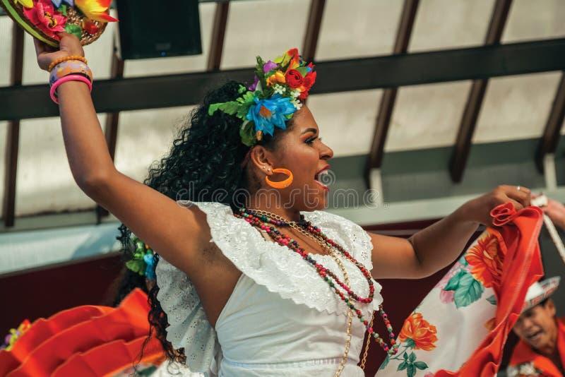 Kvinnlig dansare som utför en typisk dans royaltyfri foto