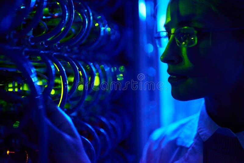 Kvinnlig datorforskare royaltyfri fotografi