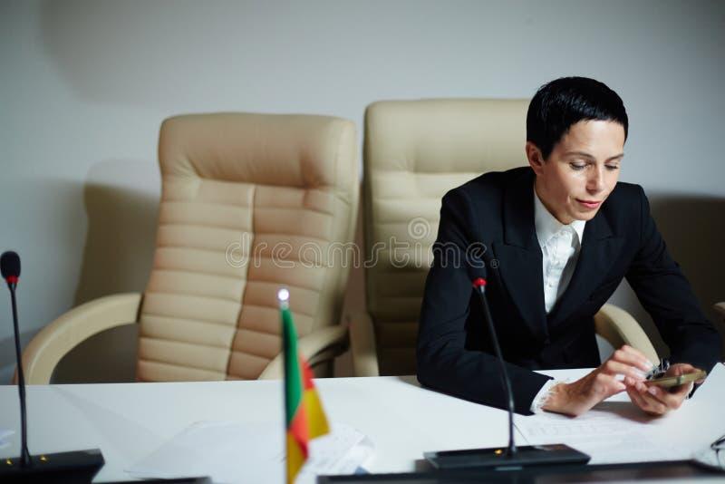 Kvinnlig delegat på avbrott royaltyfria bilder