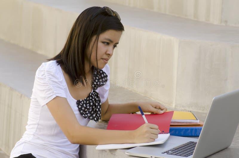 kvinnlig deltagare för högskola royaltyfria bilder