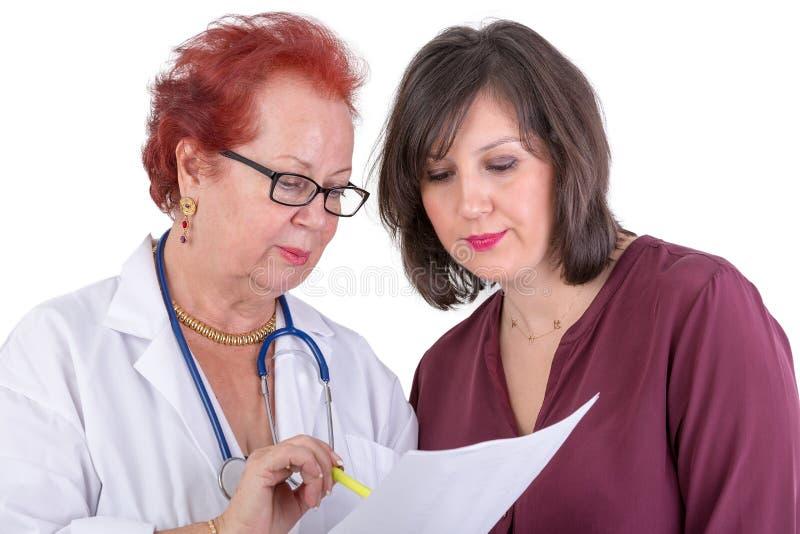 Kvinnlig doktor Discussing Ressults med den kvinnliga patienten arkivfoton