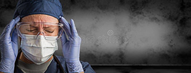 Kvinnlig doktor eller sjuksköterska Wearing Goggles, kirurgiska handskar och framsidamaskering mot Grungy mörkt bakgrundsbaner royaltyfria bilder