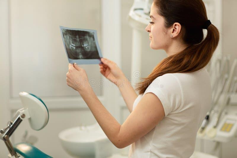 Kvinnlig doktor eller tandl?kare som ser r?ntgenstr?len Sjukv?rd-, l?karunders?kning- och radiologibegrepp fotografering för bildbyråer