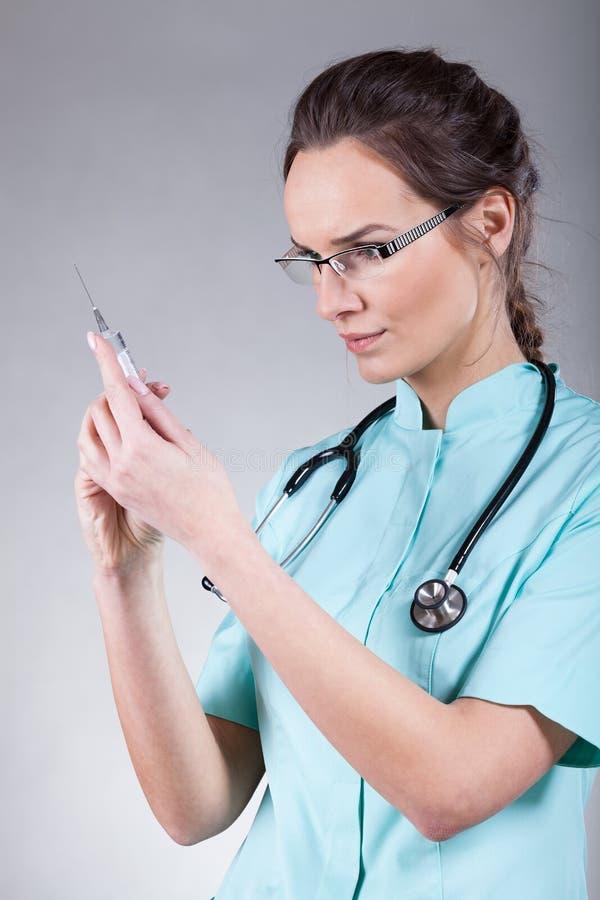 Kvinnlig doktor för injektion arkivbilder