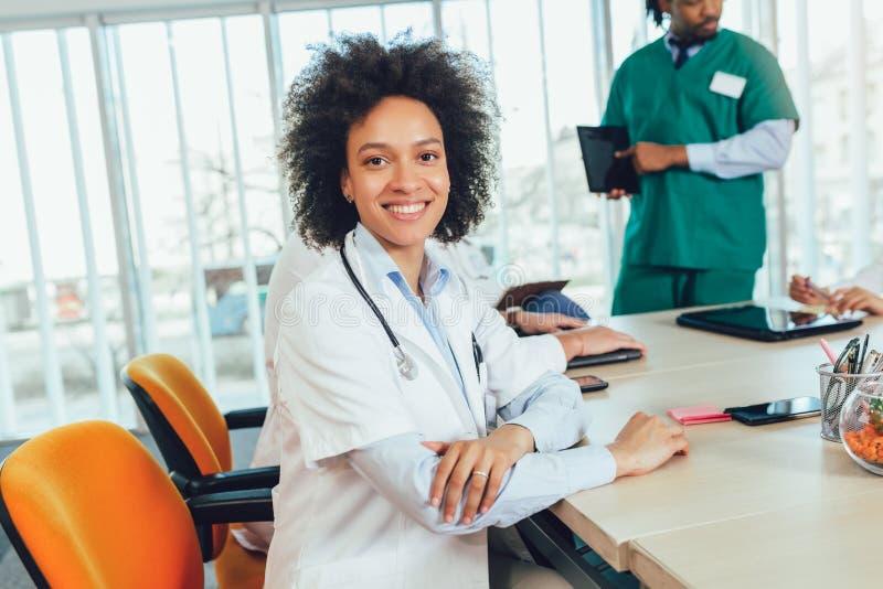 Kvinnlig doktor f?r afrikansk amerikan p? sjukhuset som ser att le f?r kamera arkivbild