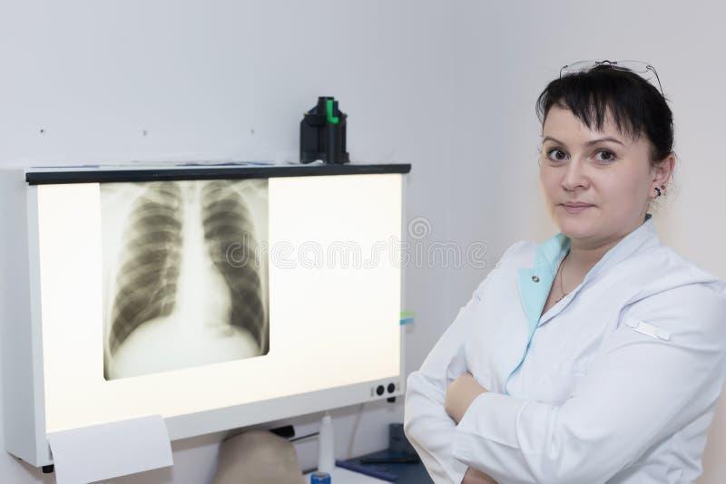 Kvinnlig doktor i röntgenstrålerum royaltyfri bild