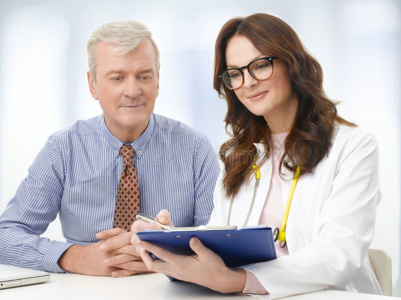 Kvinnlig doktor med den höga patienten fotografering för bildbyråer