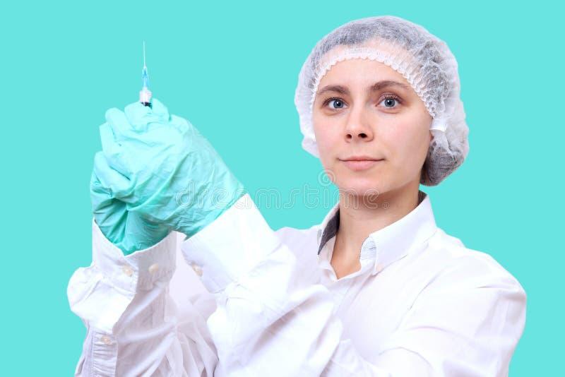 Kvinnlig doktor med injektionen i injektionsspruta vaccination f?r begreppshandinjektionsspruta Anti-influensavaccin medicinsk ar arkivbilder
