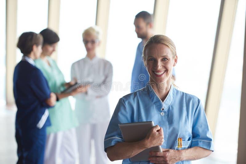 Kvinnlig doktor med minnestavladatoren som framme står av laget arkivfoto