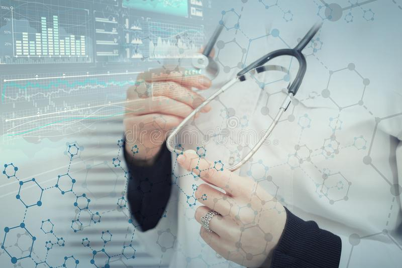 Kvinnlig doktor mot en abstrakt medicinsk bakgrund med molekylärt galler arkivfoto