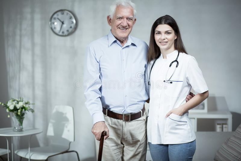Kvinnlig doktor och äldre man royaltyfri fotografi