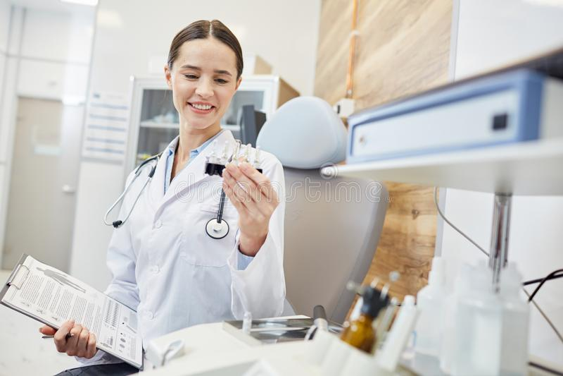 Kvinnlig doktor på sjukhuset royaltyfri fotografi
