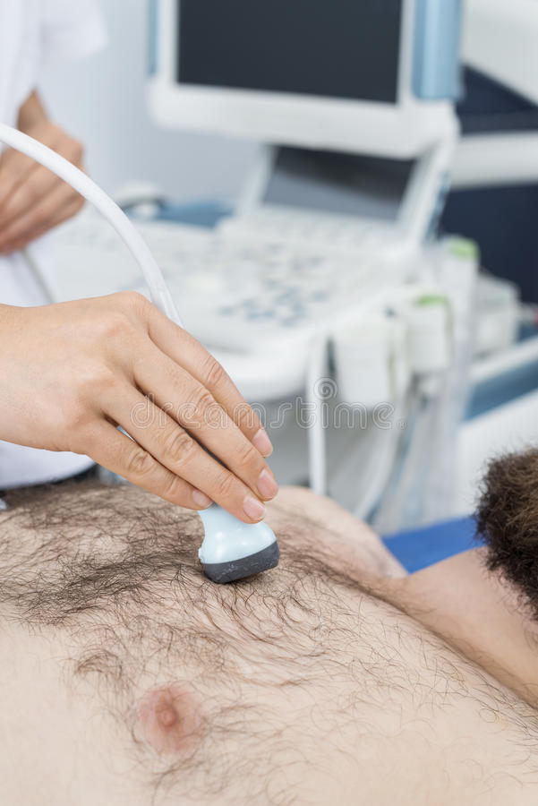 Kvinnlig doktor Placing Ultrasound Probe på tålmodig bröstkorg för ` s royaltyfria foton