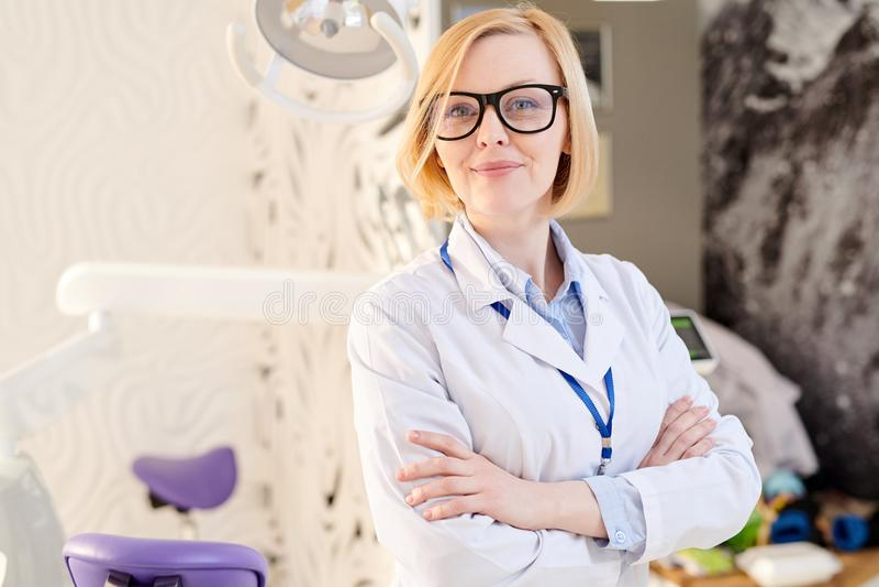 Kvinnlig doktor Posing i modern klinik arkivbilder