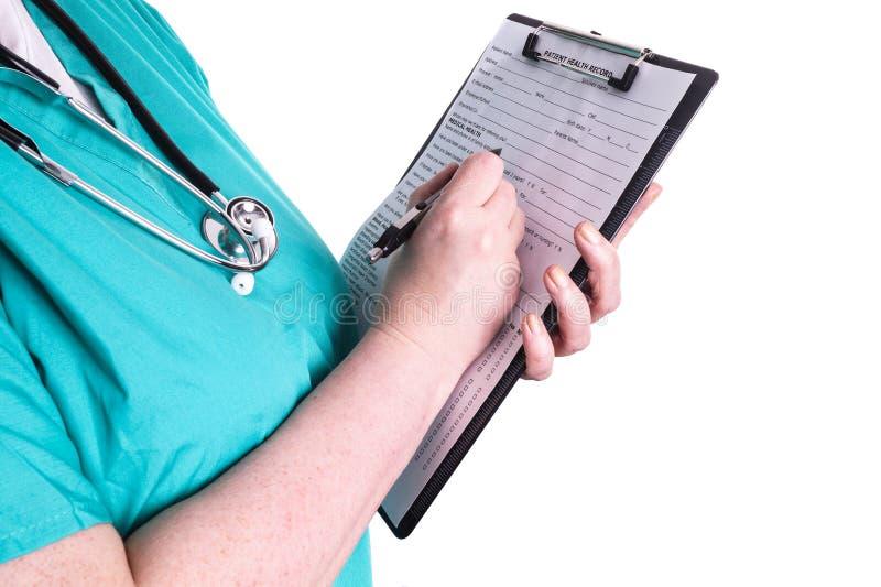 Kvinnlig doktor som är klar att skriva tålmodig information royaltyfria bilder