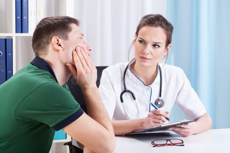 Kvinnlig doktor som diagnostiserar patienten arkivbild