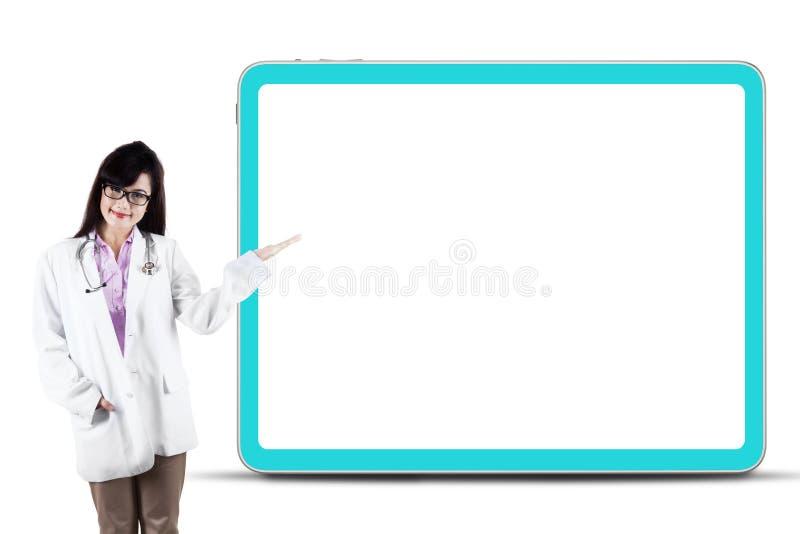 Kvinnlig doktor som framlägger copyspace arkivbilder