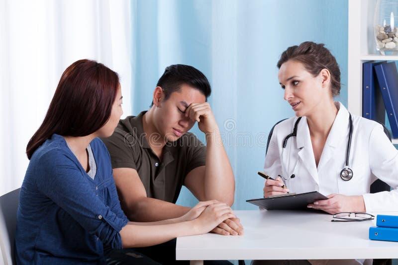 Kvinnlig doktor som talar med hennes patienter royaltyfria bilder