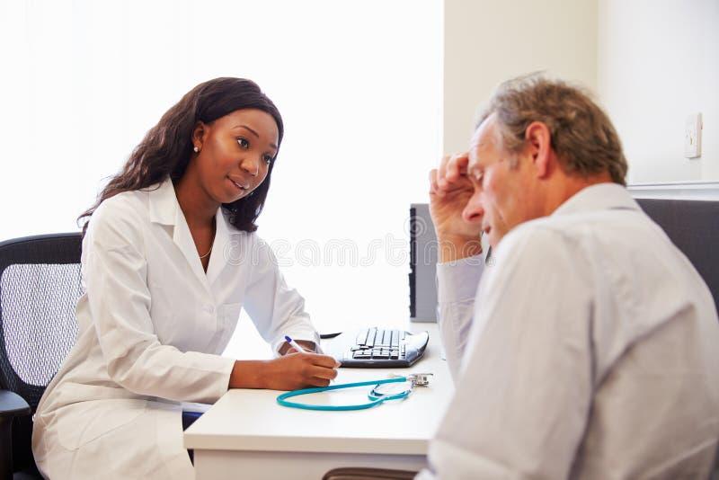 Kvinnlig doktor Treating Patient Suffering med fördjupning royaltyfri fotografi