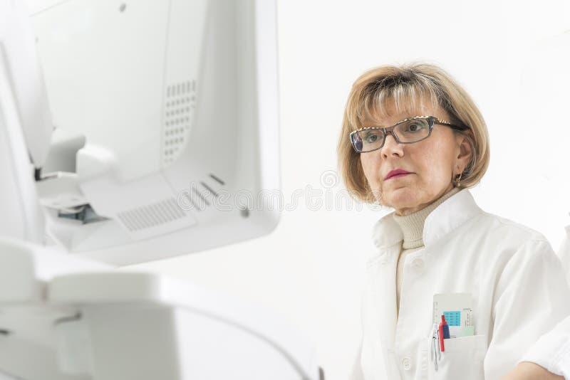 Kvinnlig doktors- och echocardiographymaskin royaltyfria foton