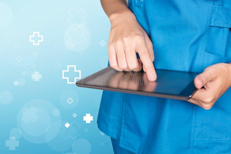 Kvinnlig doktorshand för sjuksköterska genom att använda minnestavlan med den blåa sjukhussymbolen ab royaltyfria bilder