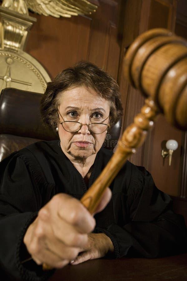 Kvinnlig domare Knocking Gavel fotografering för bildbyråer