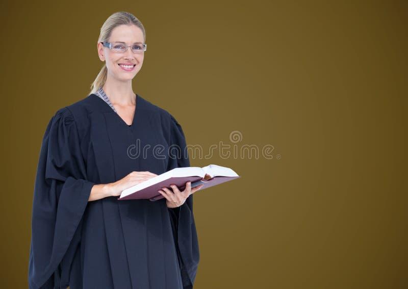 Kvinnlig domare med boken mot grön bakgrund arkivfoto