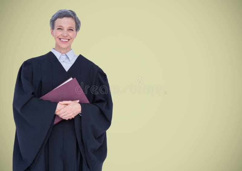 Kvinnlig domare med boken mot ljus - grön bakgrund royaltyfri foto