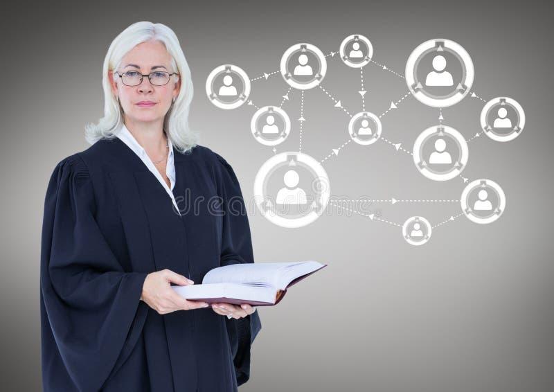 Kvinnlig domare med den öppna boken mot grå bakgrund med det vita nätverket royaltyfri bild