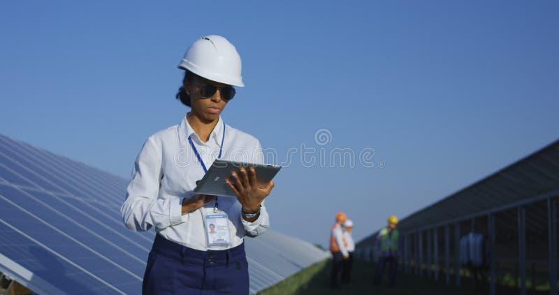 Kvinnlig elektrisk arbetare på hennes minnestavla utanför arkivbilder