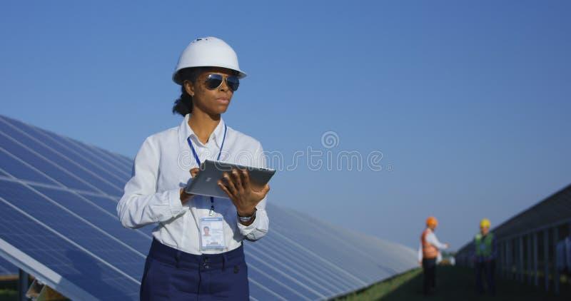 Kvinnlig elektrisk arbetare på hennes minnestavla utanför royaltyfria bilder