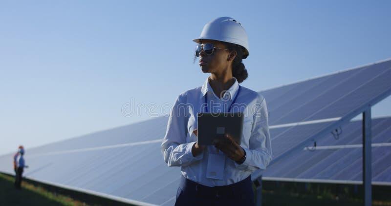 Kvinnlig elektrisk arbetare på hennes minnestavla utanför arkivbild