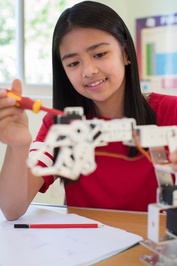 Kvinnlig elev i vetenskapskurs som studerar robotteknik arkivfoton