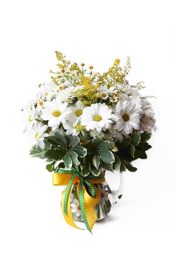 Kvinnlig enkel bukett som består, mimosa, kamomill i vas på vit bakgrund som är delikat, sommar, royaltyfria foton
