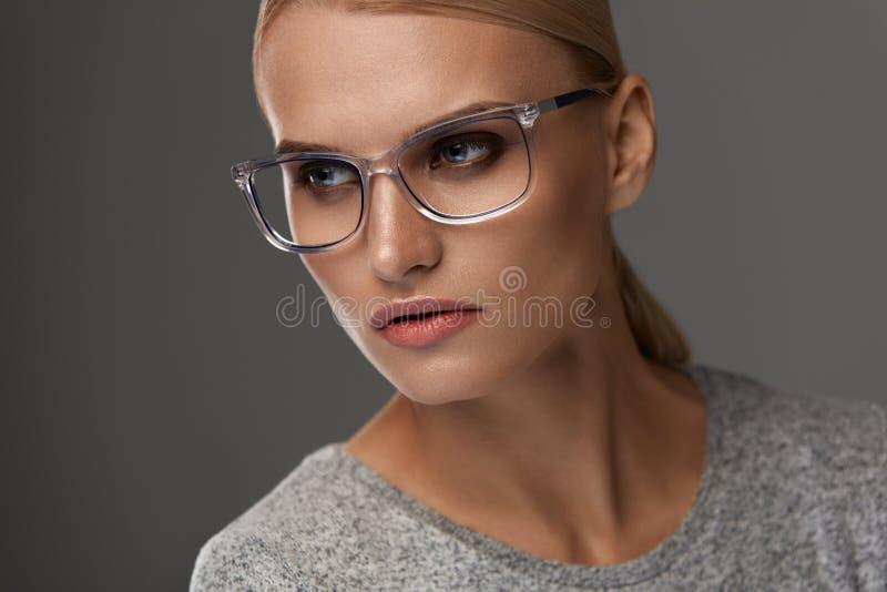 Kvinnlig Eyewear Kvinna i den härliga exponeringsglasramen, glasögon royaltyfri foto