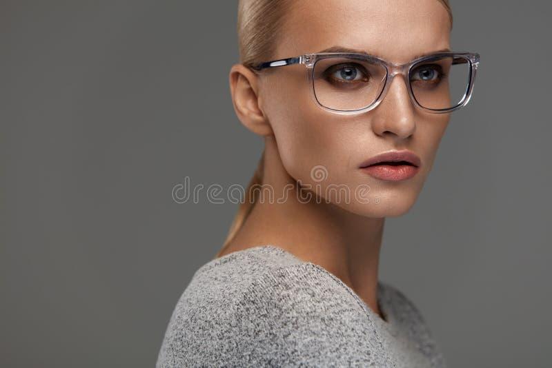 Kvinnlig Eyewear Kvinna i den härliga exponeringsglasramen, glasögon royaltyfri fotografi