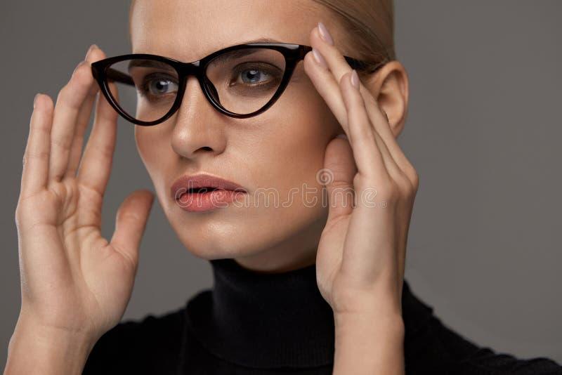 Kvinnlig Eyewearstil Härlig kvinna i modeglasögon royaltyfri bild