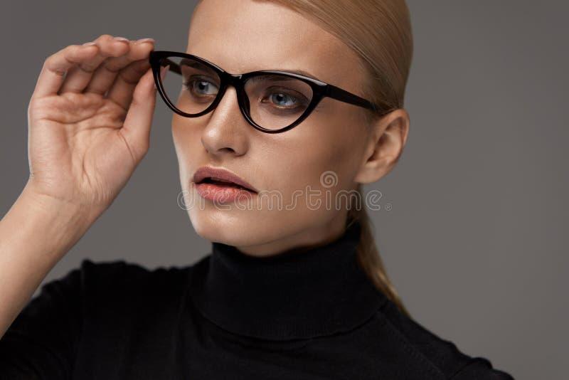 Kvinnlig Eyewearstil Härlig kvinna i modeglasögon royaltyfri foto