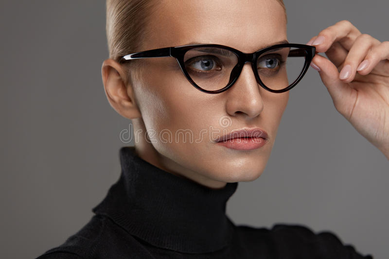 Kvinnlig Eyewearstil Härlig kvinna i modeglasögon arkivbild