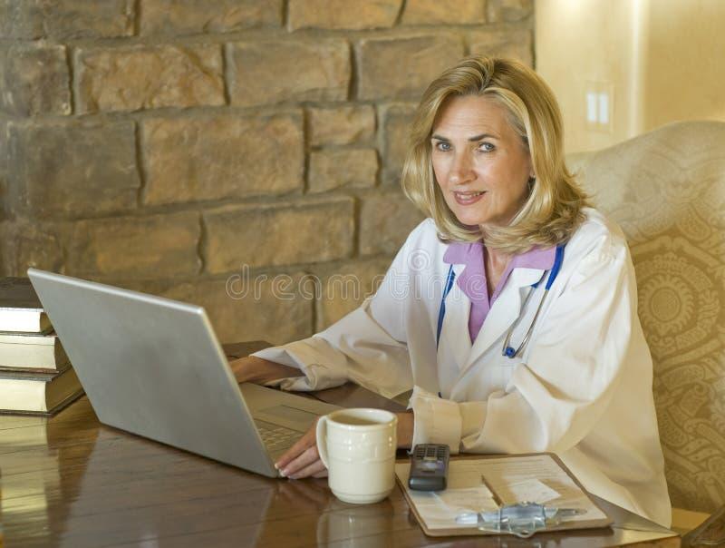 kvinnlig för datorskrivborddoktor henne som fungerar royaltyfri fotografi