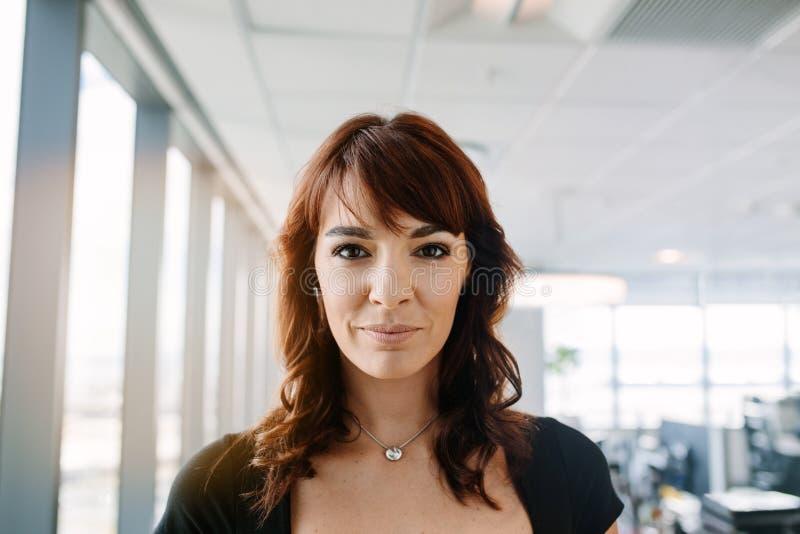 Kvinnlig företags professionell i regeringsställning royaltyfria foton