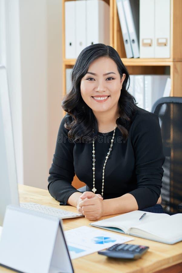 Kvinnlig finansiell chef royaltyfria bilder