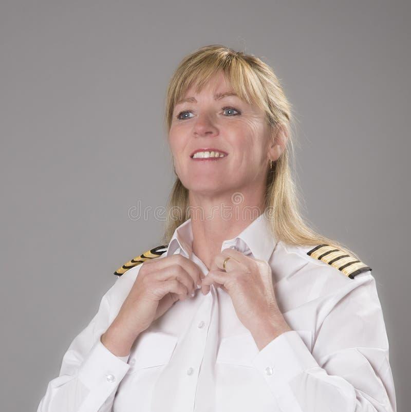 Kvinnlig flygbolagtjänsteman som får klädd royaltyfri foto