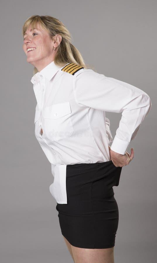 Kvinnlig flygbolagtjänsteman som får klädd royaltyfri bild
