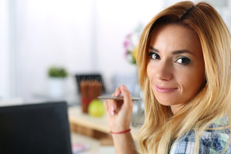 Kvinnlig formgivare i regeringsställning som arbetar med bärbara datorn royaltyfria foton