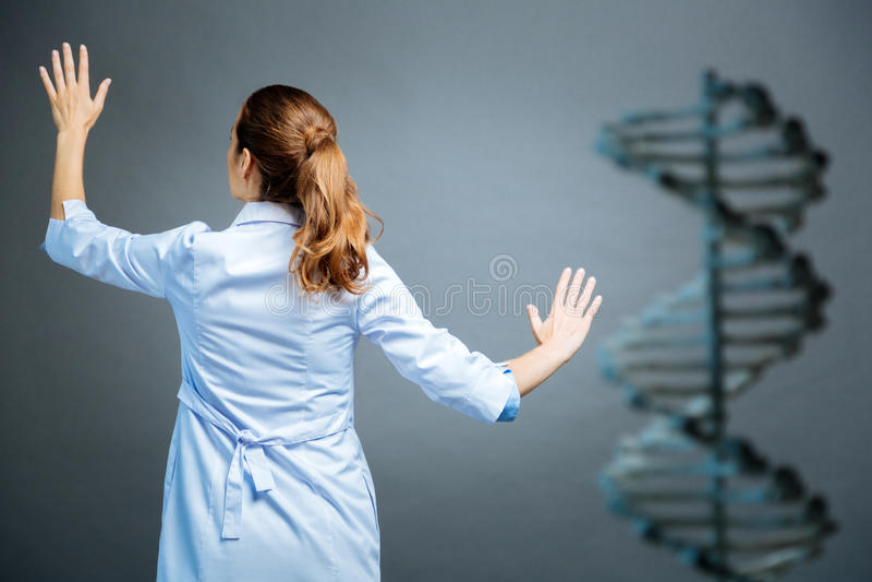 Kvinnlig forskare som arbetar på genetisk kod fotografering för bildbyråer
